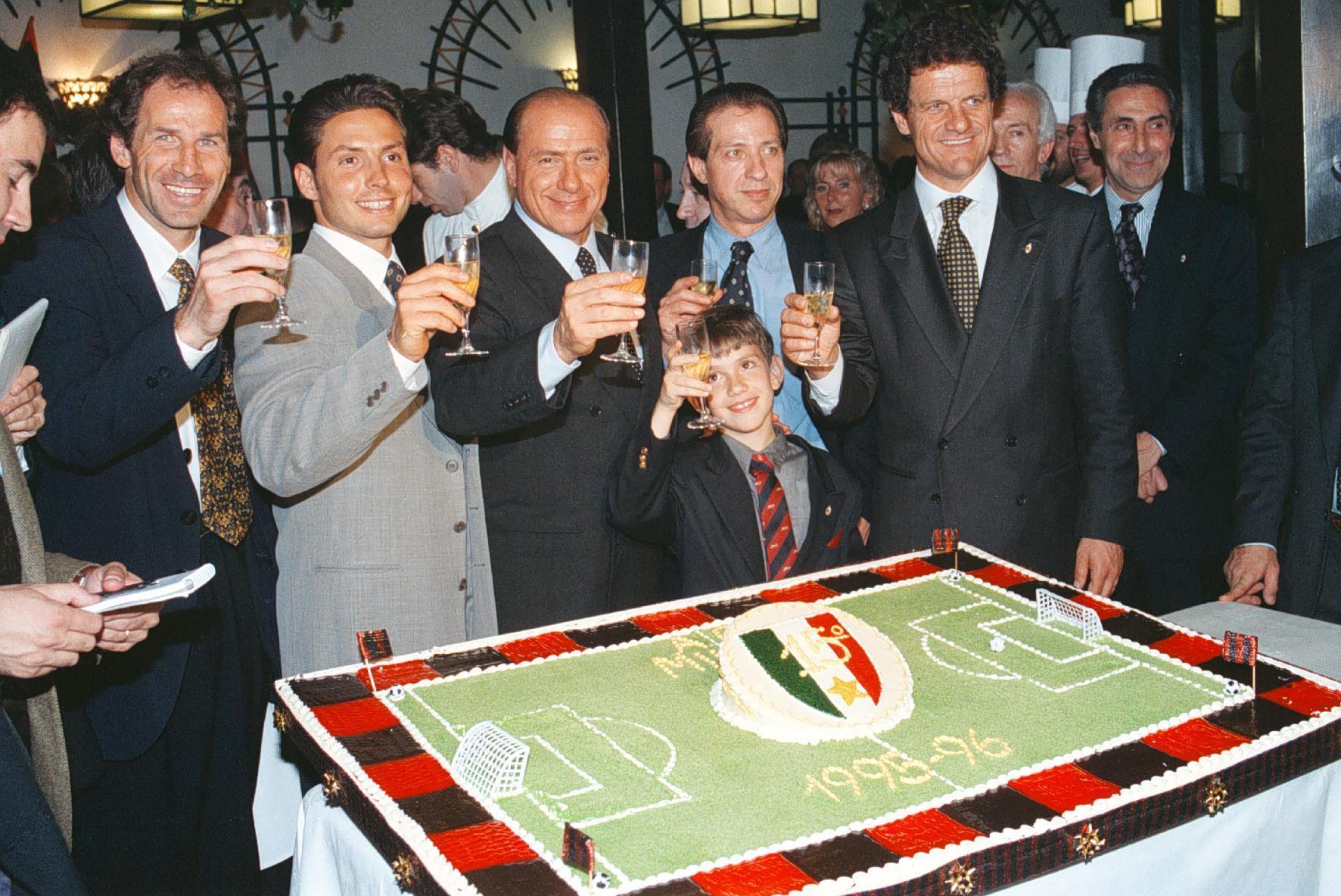 Il brindisi durante la cena organizzata dal Milan la sera dell'11 maggio 1996 per festeggiare la vittoria del campionato di calcio 95/96. Da sinistra Franco Baresi; Piersilvio, Silvio, Paolo e il piccolo Luigi Berlusconi; Fabio Capello.ANSA